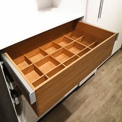 Schubkasten im Vollauszug verbaut in einem Schlafzimmerschrank
