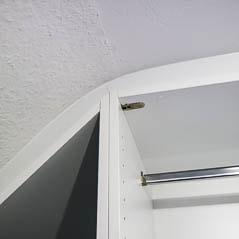 Ein begehbarer Kleiderschrank für die Dachschraege