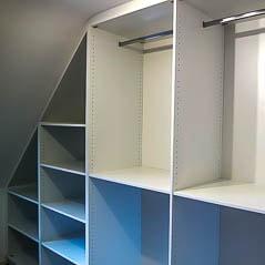 Begehbarer Kleiderschrank mit Facheinteilung und Garderobenstangen